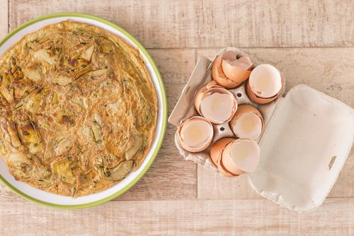 Receta de tortilla de alcachofas y ajos tiernos